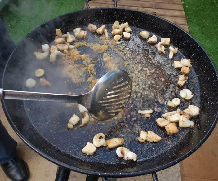 frying fideua www.paellafromvalencia.com